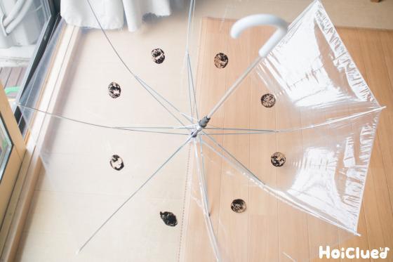 透明なビニール傘の内側にスタンプする様子