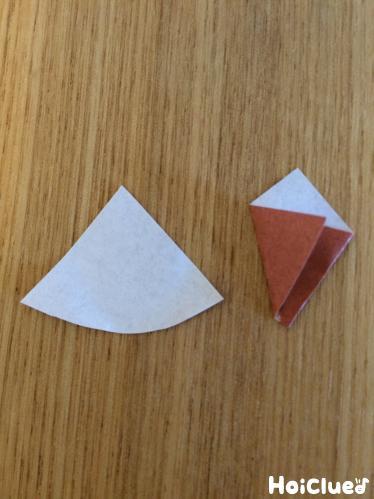 折り紙でリスの耳を作る様子