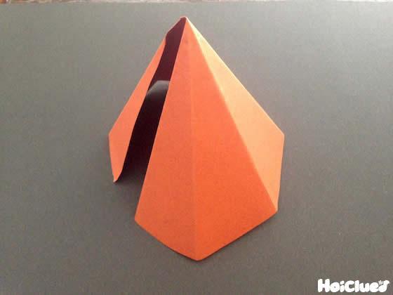 色画用紙を六角錐にした様子