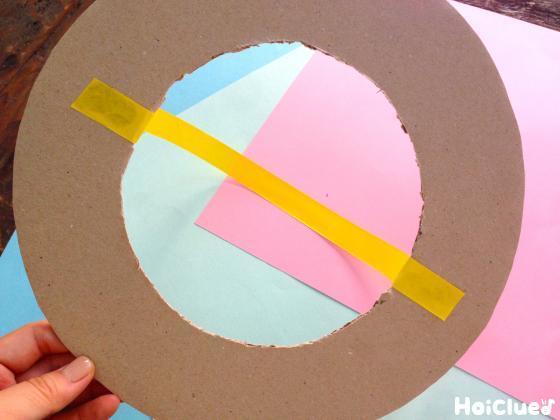 紙テープをダンボールに貼った写真