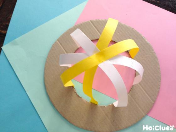 更に紙テープを帽子の形になるように貼る様子