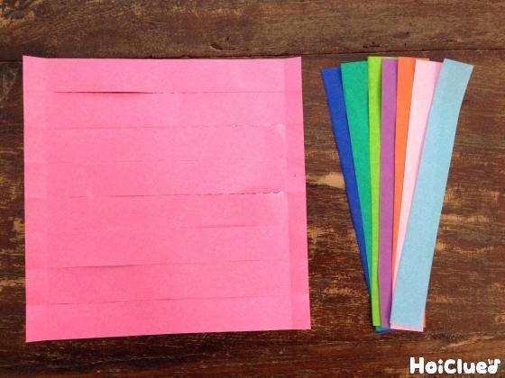 切れ目を入れた折り紙と8等分に切った折り紙の写真