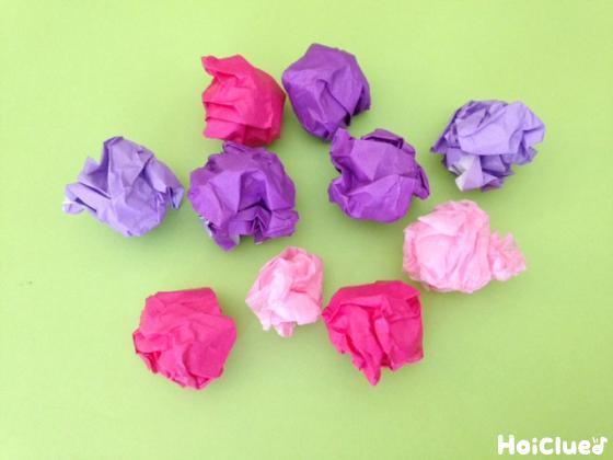 折り紙と花紙を丸めた写真