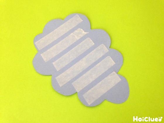 ぶどう型に切った画用紙に両面テープを貼った写真