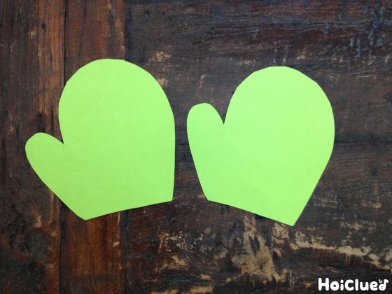 手袋の形に切った2枚の画用紙の写真