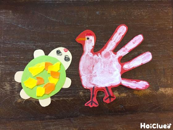手形で作った鶴と、画用紙で作った亀の写真