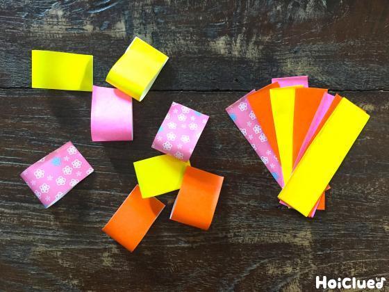細長く切った折り紙の端と端を貼り合わせる様子