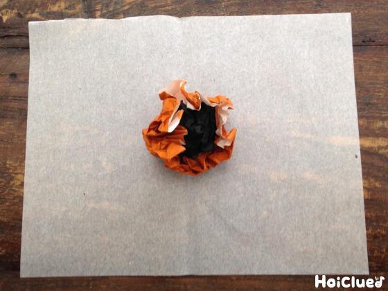 折り紙を丸めている写真