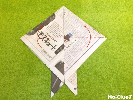 新聞紙を折っている写真
