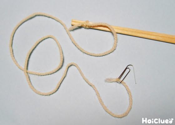 割り箸に毛糸を結び先端にクリップを付けた写真