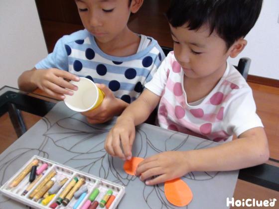 紙コップの鳥を作る子どもたちの様子