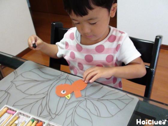 キツツキに絵を描く子どもの様子