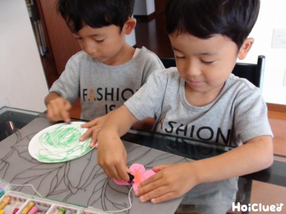 紙皿とちょうちょに絵を描く子どもたちの様子