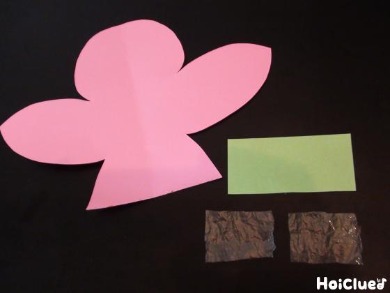 画用紙で鳥と花を切り取った写真