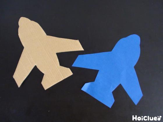 段ボールを飛行機の形に切り抜いた写真