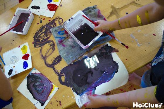 絵の具で遊んでいる写真