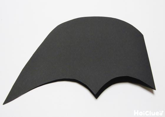 黒い色画用紙を切って羽の部分を作っている写真
