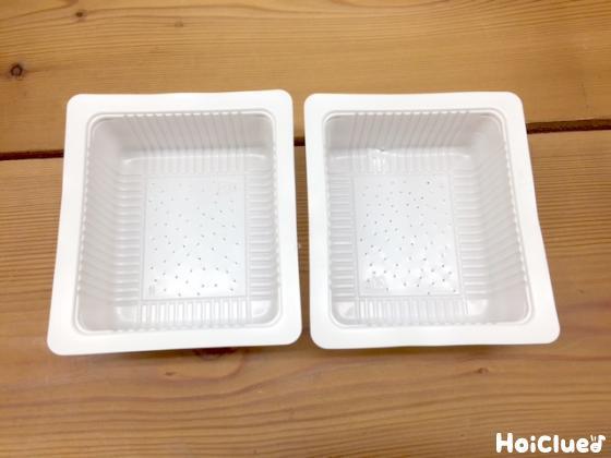豆腐の空き容器に穴をたくさん開けている写真