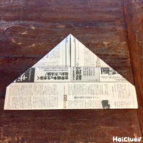 新聞紙を折る写真