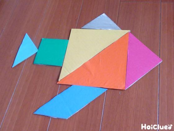魚の形に並べたパズルの写真