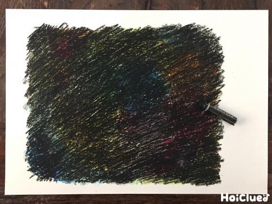 黒いクレヨンで全体を塗りつぶした写真