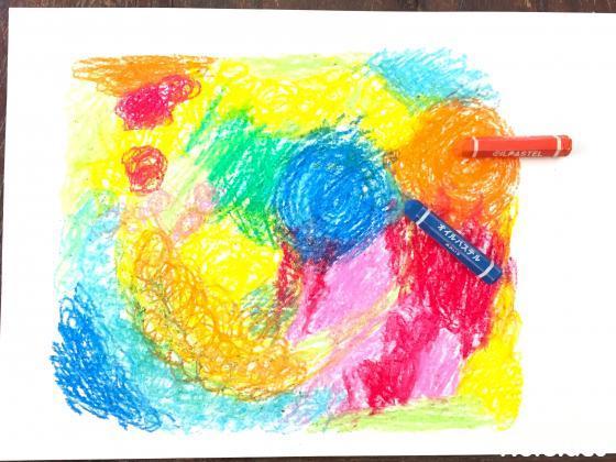 画用紙にいっぱい色を塗った写真
