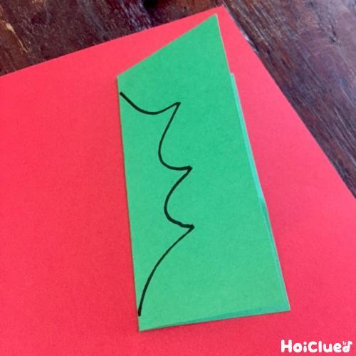 葉っぱの形に緑の色画用紙に線をひいた写真
