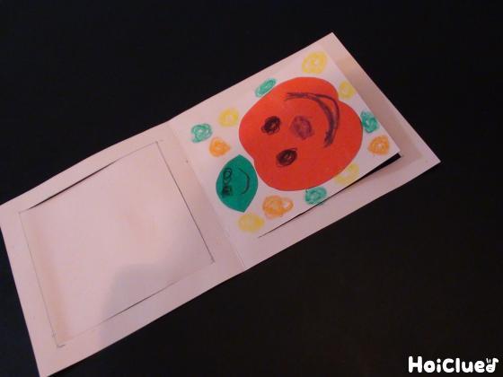 画用紙にりんごを貼り付けた写真
