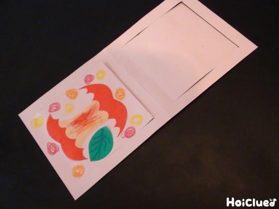 画用紙にかじったりんごを貼り付けた写真