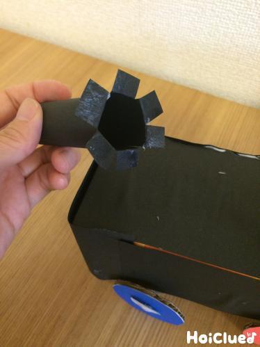 黒い画用紙で煙突になる部分を作っている写真