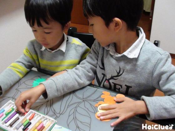 いがとサルに絵を描く子どもたちの様子