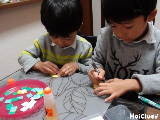 目玉の絵を描く子どもたちの様子