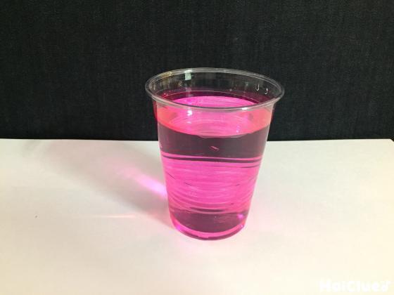 色水の入ったクリアカップの写真