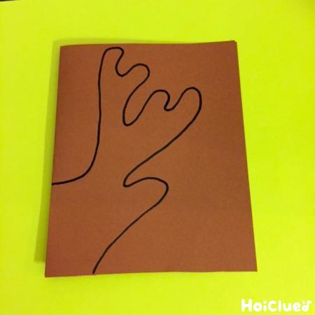 茶色い画用紙にトナカイの角を描いた様子