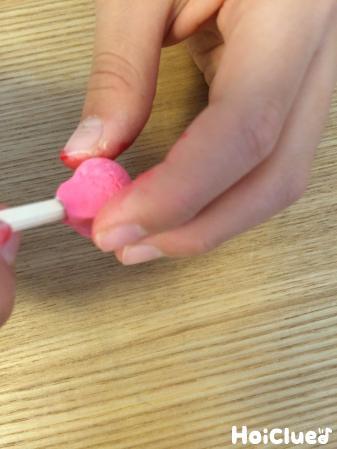 割り箸に紙粘土を固定する様子