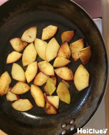 りんごを炒める様子