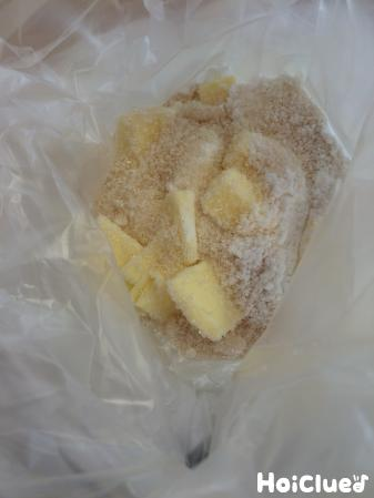 ポリ袋に入れた粉、バター、砂糖の写真