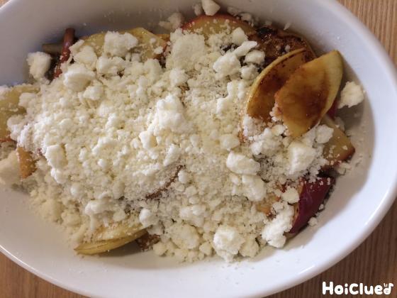 お皿にりんご、クランブルを入れた写真