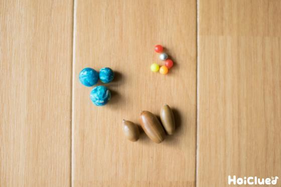 ビービー弾、どんぐり、紙粘土の玉の写真