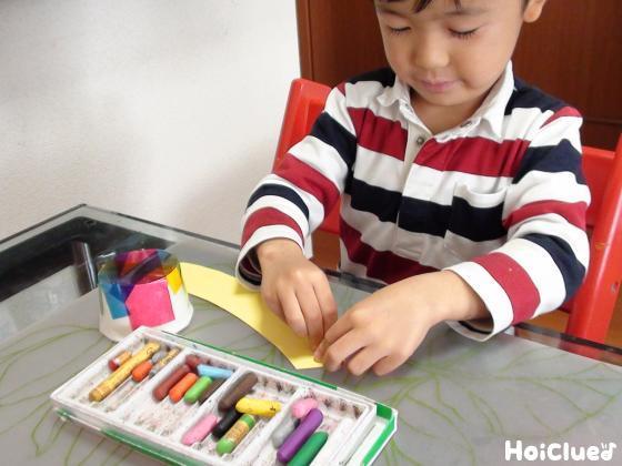 画用紙に絵を描く子どもの様子