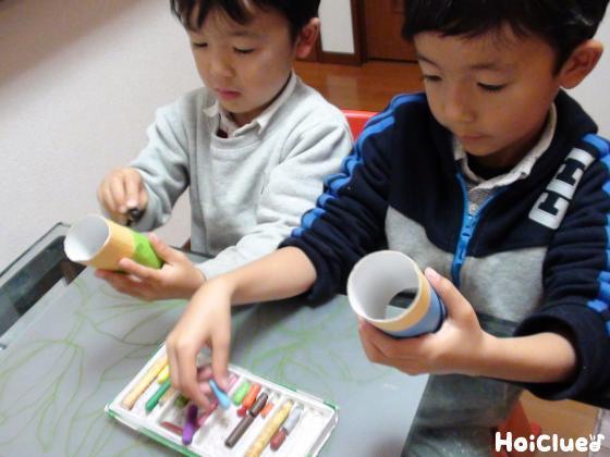 トイレットペーパーの芯に絵を描く子どもたちの様子