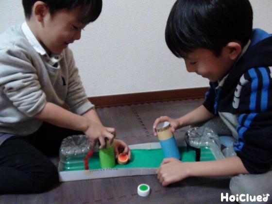 完成したサッカーゲームで遊ぶ子どもたちの様子