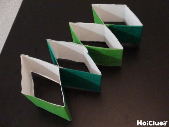 緑の色画用紙を貼った写真
