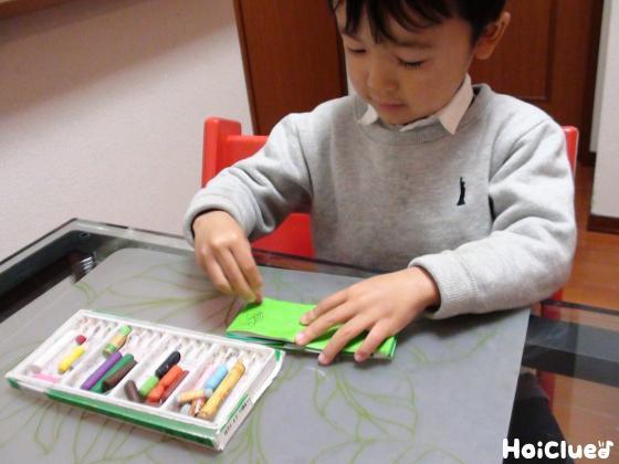 へびの絵を描く子どもの様子