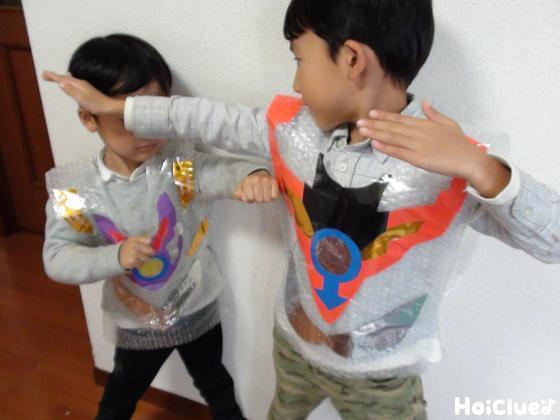 ヒーローごっこをして遊ぶ子どもたちの様子