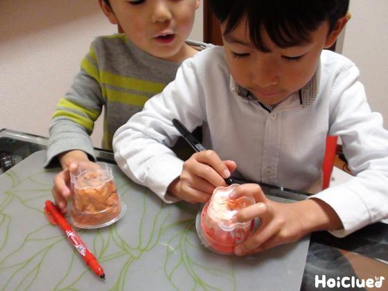 プリンカップに絵を描く子どもたちの様子