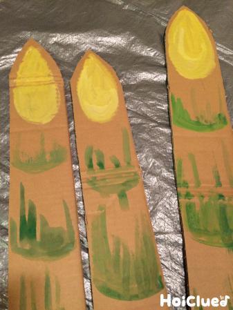 細長いダンボールに松の絵を描いた写真