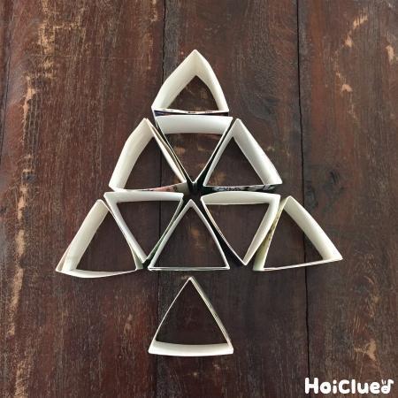 三角形をを並べて木の形にした写真