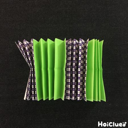 蛇腹折りした折り紙を貼り合わせた写真
