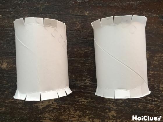 半分に切ったトイレットペーパーの芯に切り込みを入れた写真